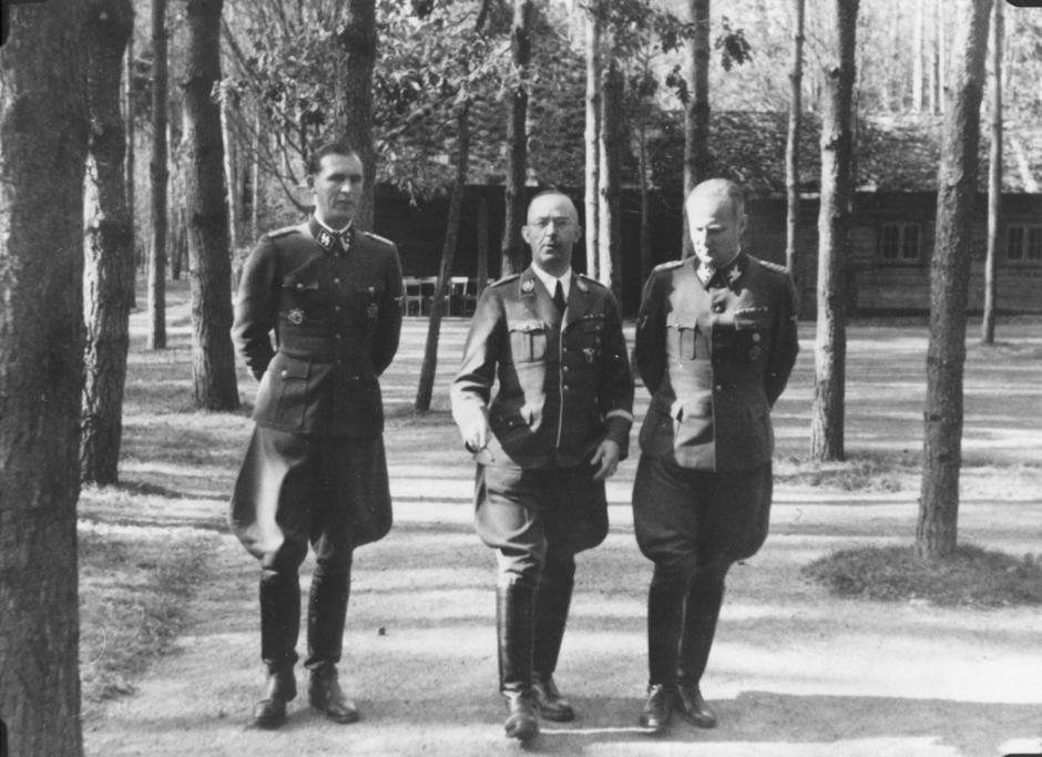 Карл Вольф, Шульце-Коссенс и Генрих Гиммлер на прогулке. Растенбург. 1942 г.