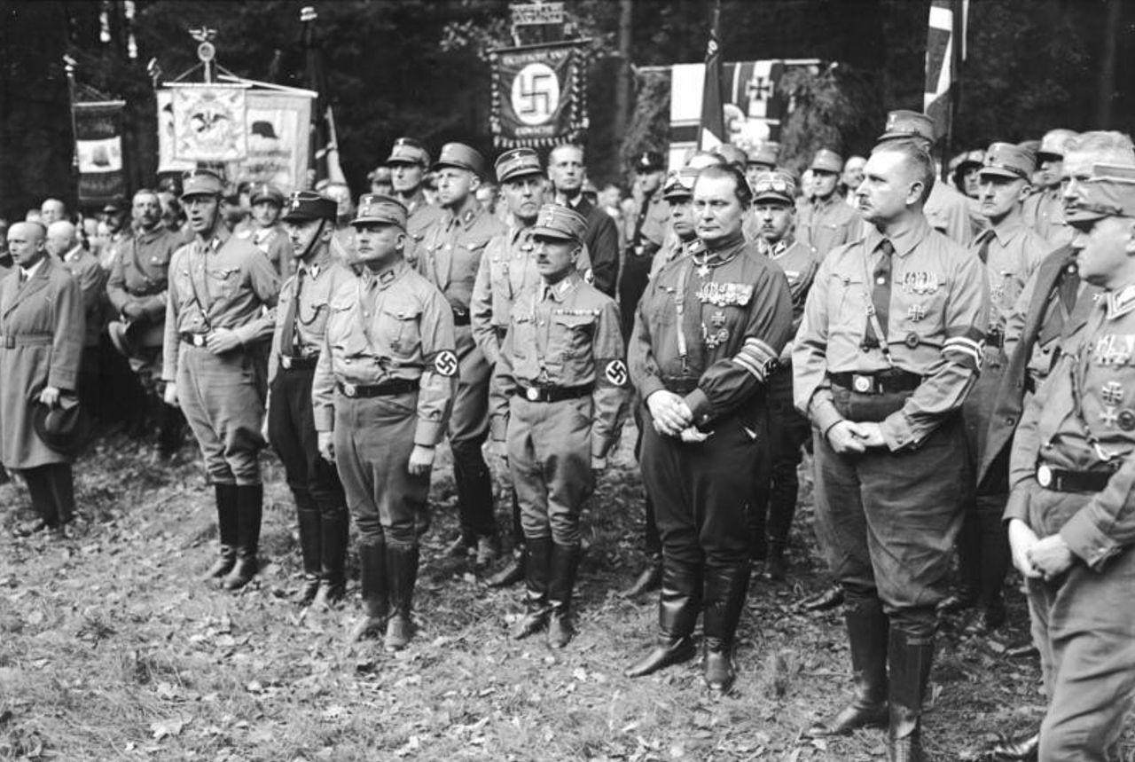 Руст Бернгард и Герман Геринг в с отрядом «Harzburger Front». Бад-Гарцбург. 1931 г.