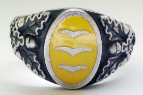 Перстни Люфтваффе, выполненные из серебра 835-й пробы. За основу дизайна щитков взяты петлицы военнослужащих. Щитки выполнены с применением цветной горячей эмали. Перстни с красной эмалью носил летный состав, с желтой – вспомогательный.