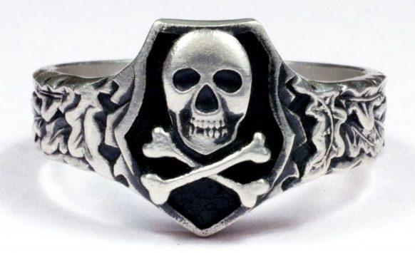 Кольца и перстни мертвая голова или адамова голова были популярны в Вермахте и СС. Основной элемент колец представляет собой череп, его могут дополнять скрещенные кости, растительный орнамент, свастика или руны. Изображение всех элементов выполнено в глубоком рельефе. Кольца изготавливались из серебра 800-й и выше пробы, зачастую применялось чернение.