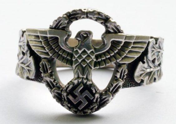 Наградные перстни с изображением эмблемы полиции времен Третьего Рейха выполнены из серебра 835-ой пробы с применением чернения.