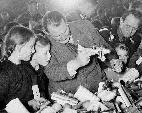 Герман Геринг на детской вечеринке. 1934 г.