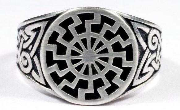 Перстни, за основу дизайна щитка которых взят оккультный символ «Schwarze Sonne» (Чёрное солнце) изготовлены из серебра 835-ой пробы.