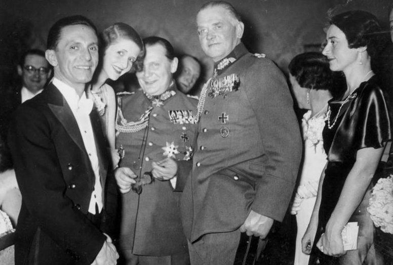 Герман Геринг, Йозеф Геббельс и Вернер Бломберг. 1934 г.