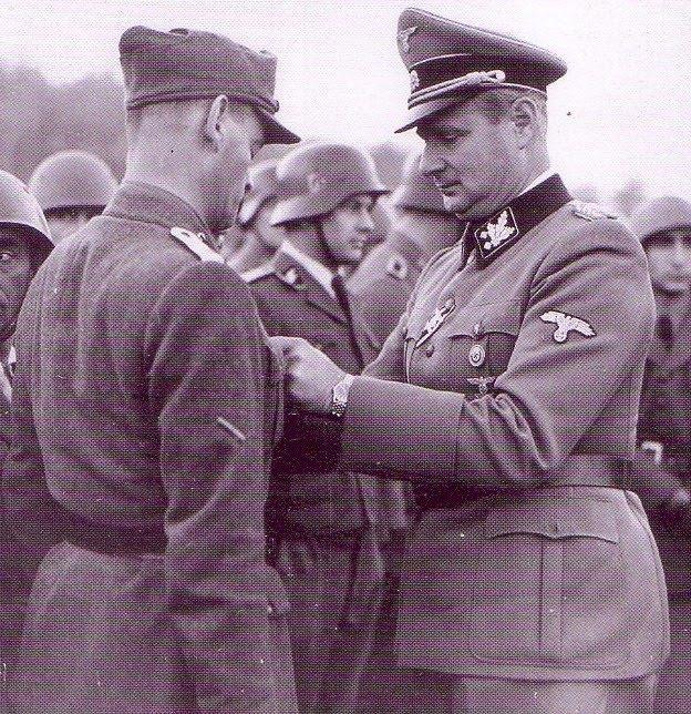 Карл Вольф награждает солдат 29 Ваффен СС гренадерской дивизии. Италия. 1944 г.