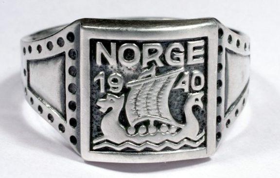Памятные перстни дивизии СС «Norge», выполненные из серебра 830-й пробы с применением чернения. Щиток перстня штампованный, с изображением ладьи - драккара викингов с надписью «Norge» и датой - 1940.