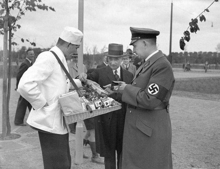 Руст Бернгард на улице Ганновера. 1936 г.