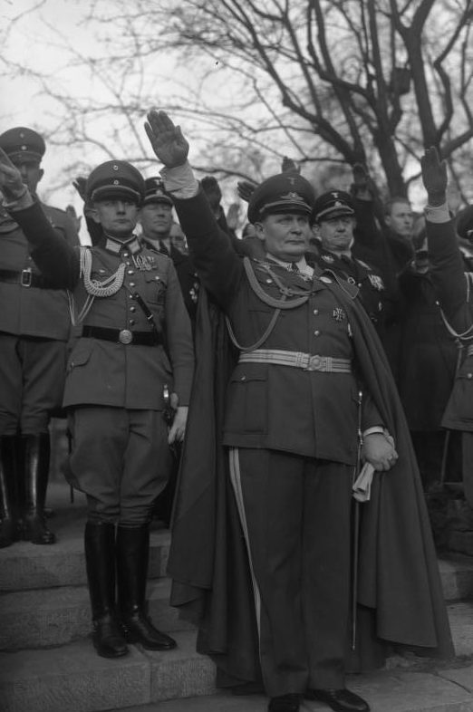 Герман Геринг в свой день рождения в саду личного дворца. 1934 г.