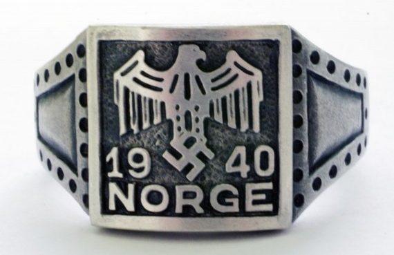 Памятный перстень дивизии СС «Norge» с надписью «Norge» и датой - 1940. По сторонам щитка, рельефные изображение растительного орнамента. Кольцо изготовлено из серебра 830-й пробы с применением чернения.