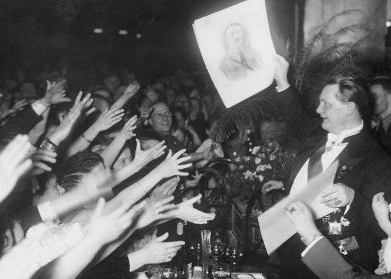 Герман Геринг на благотворительной лотереи. 1934 г.