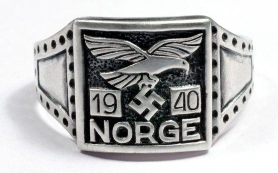 Перстень пилота дивизии СС «Norge» с надписью Norge и датой - 1940. Перстень изготовлен из серебра 830 пробы с применением чернения.