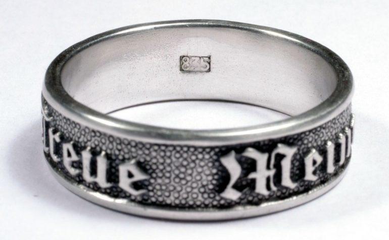 Кольцо с надписью «Meine Ehre Heisst Treue» (Верность - моя честь) изготовлено из серебра 835-ой пробы с применением чернения.