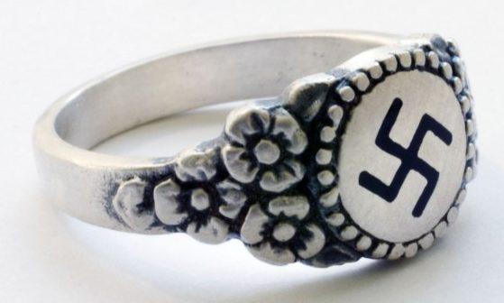 Наградные перстни и кольца «Гитлерюгенд» изготовлены из серебра 835-ой пробы с применением цветной горячей эмали. За основу дизайна щитков, взята эмблема молодежной организации времен Третьего Рейха - Гитлерюгенд. Перстни вручались руководящему составу организации.