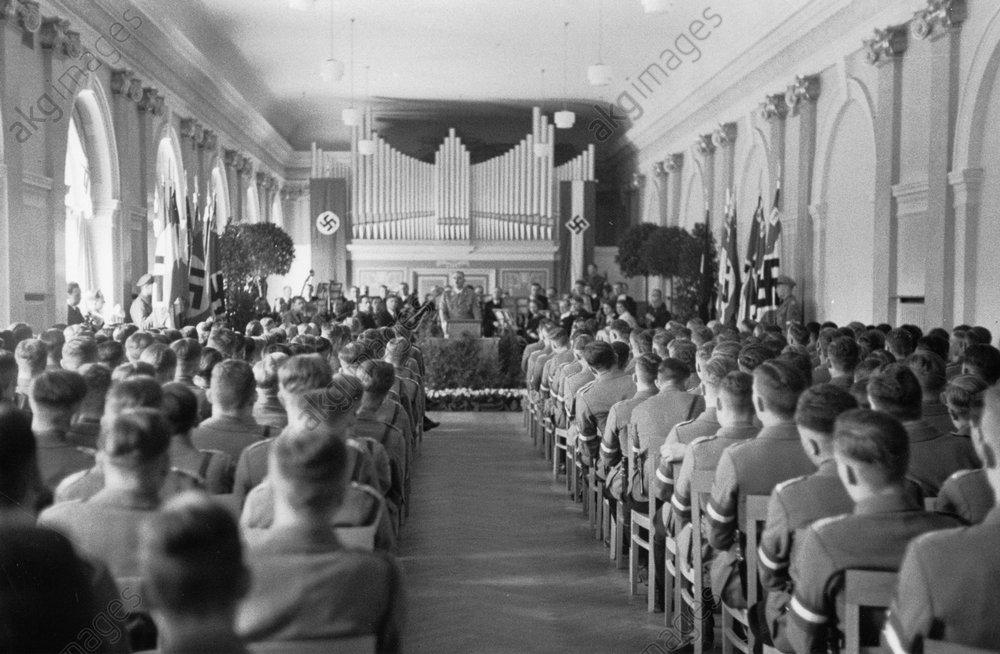 Руст Бернгард выступает на выпускном вечере Национального института политического образования. 1939 г.