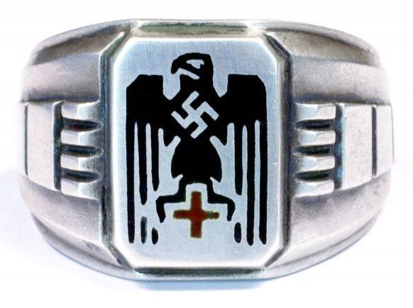 Патриотический перстень служащих Германского Красного Креста из серебра 835-ой пробы. На щитке - залитое цветной горячей эмалью изображение Имперского орла со свастикой и Красный Крест.