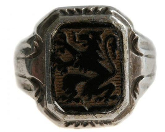 Перстень дивизии СС «Langemarck» выполнен из серебра 800-й пробы, вставка - из черной горячей эмали. Эмблема представляла собой «варяжский» щит со старинным гербом Фландрии - черным, шествующим на задних лапах, львом на золотом поле.