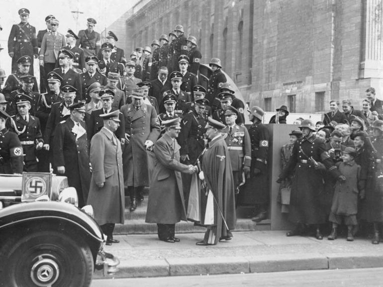 Руст Бернгард, Адольф Гитлер и Герман Геринг на параде ВВС. Берлин. 1939 г.