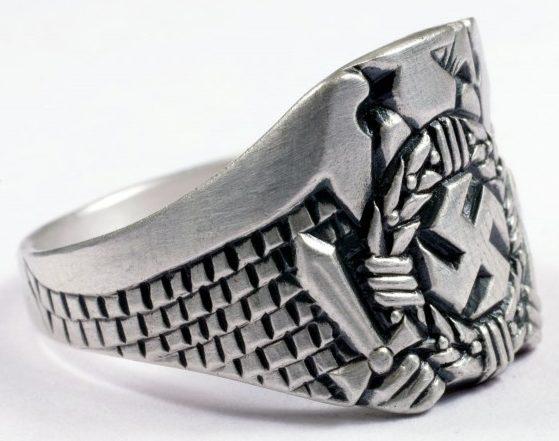 Наградные перстни «Гитлерюгенд» изготовлены из серебра 835-ой пробы с использованием символики организации. Они вручались членам организации, удостоенным наград «Гитлерюгенд».