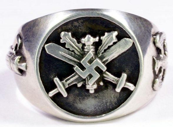 Перстень итальянских фашистов изготовлен из серебра 835-ой пробы с применением чернения.