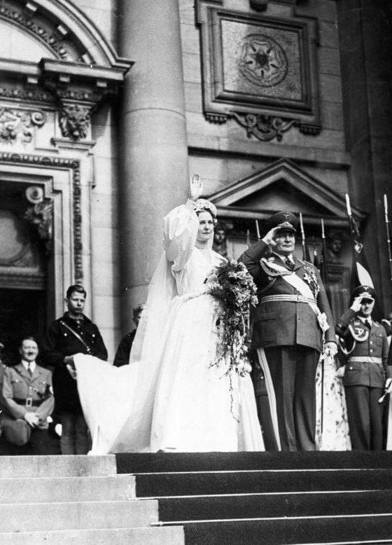 Герман Геринг на выходе из Берлинского собора после свадебной церемонии. 1935 г.