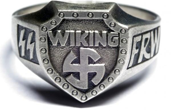 Перстень дивизии СС «Wiking» изготовленный из серебра 835-ой пробы с применением чернения. В основу дизайна щитка положена руна и надпись «Wiking». Кольцо выполнено из серебра 835-ой пробы.