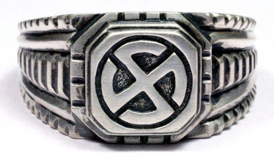 На щитке перстня рельефное изображение символа 5-й дивизии СС «Wiking». Кольцо выполнено из серебра 835-ой пробы с применением чернения.