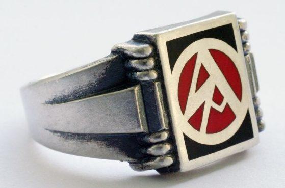 Перстни штурмовых отрядов СА (Sturmabteilungen) изготовлены из серебра 835-й пробы с применеием цветной горячей эмали или чернения. За основу дизайна щитка взята эмблема штурмовых отрядов - объединенная руническая «S» и готическая «А».
