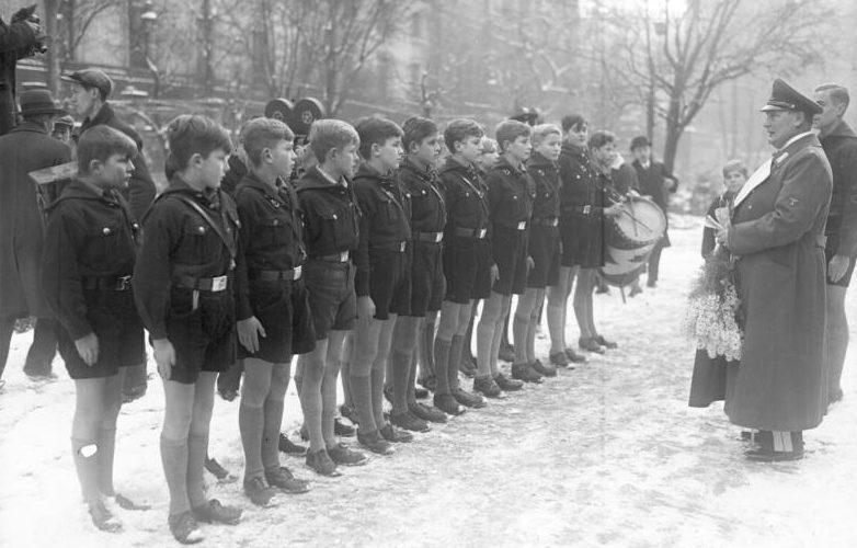 Герман Геринг принимает поздравления в свой день рождения. 1935 г.