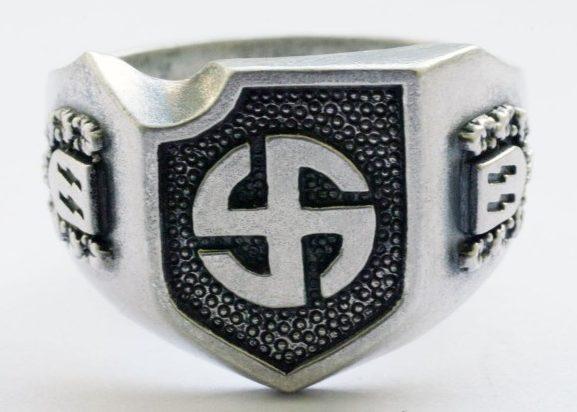 На щитке перстня рельефное изображение символа дивизии СС «Wiking». По сторонам щитка, рельефные изображения - руны SS. Кольцо выполнено из серебра 835-ой пробы с применением чернения поля щитка.