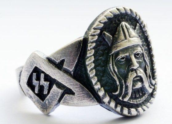 На щитке перстня рельефное изображение лица викинга. По периметру щитка наложен традиционный орнамент келтов и символ рун зиг. Кольцо выполнено из серебра 835-ой пробы с применением чернения.