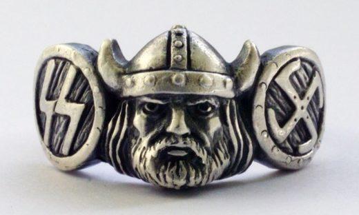 На щитке перстня изображение лица викинга. По сторонам щитка - рельефные руны СС с правой стороны щитка перстня, с левой – свастика. Кольцо выполнено из серебра 835-ой пробы с применением чернения.