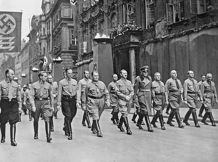 Герман Геринг с руководством Третьего рейха на демонстрации. 1935 г.
