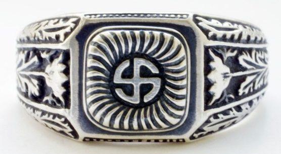 На щитке перстня рельефное изображение символа 5-й дивизии СС «Wiking». По сторонам щитка - рельефный растительный орнамент. Кольцо выполнено из серебра 835-ой пробы с применением чернения.