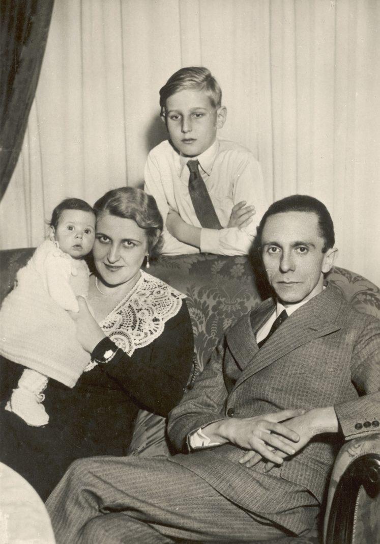 Йозеф Геббельс с семьей. Берлин. 1931 г.