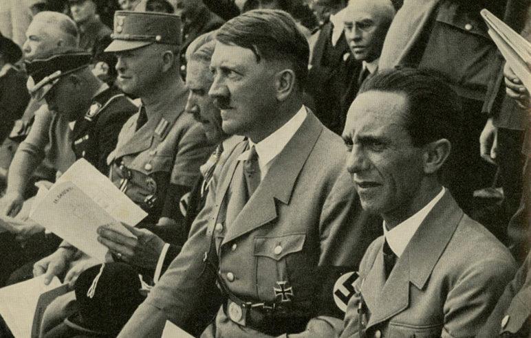 Йозеф Геббельс и Адольф Гитлер. 1933 г.