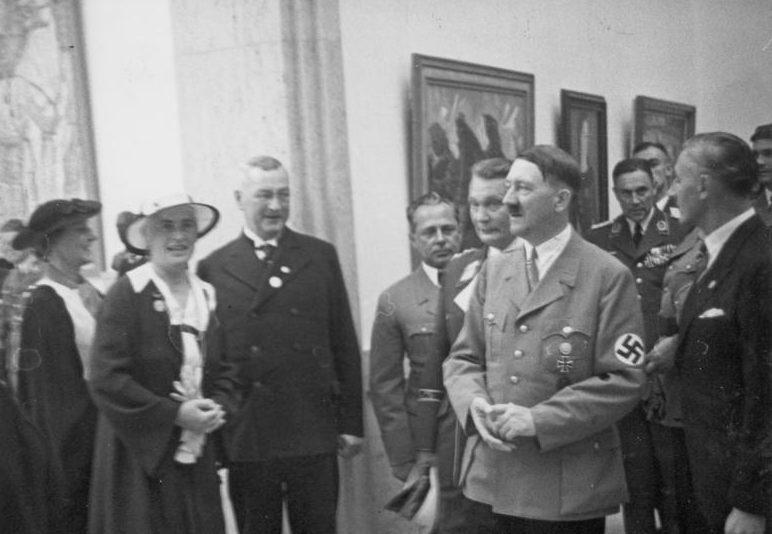 Герман Геринг и Адольф Гитлер в Доме искусства. 1937 г.