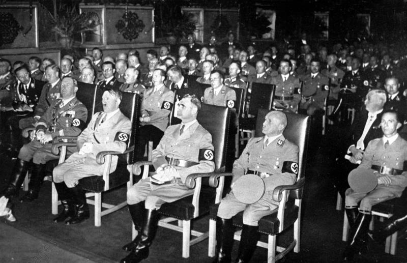 Йозеф Геббельс на партийном совещании. 1934 г.