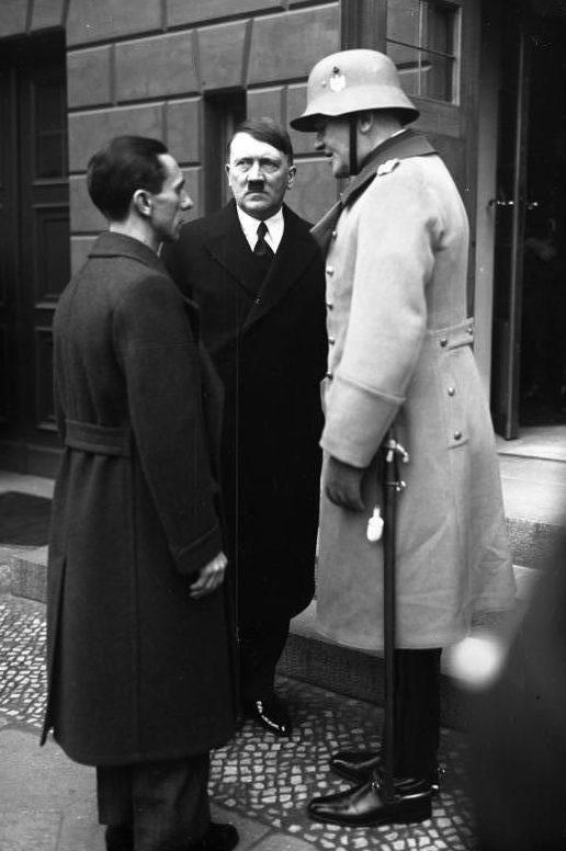 Йозеф Геббельс, Адольф Гитлер и Вернер фон Бломберг в день поминовения. Берлин. 1934 г.