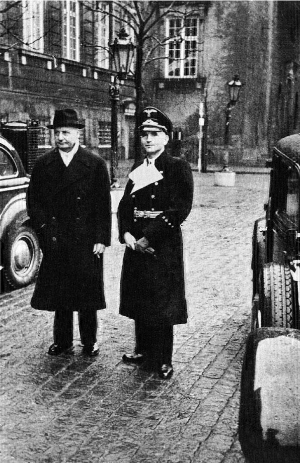 Вернер Бест и премьер-министр Дании Эрик Скавениус. Копенгаген. 1943 г.