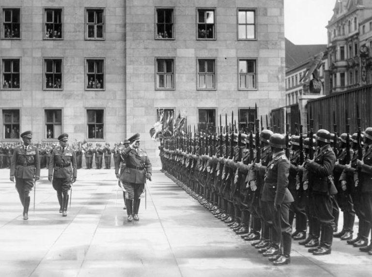 Герман Геринг перед строем солдат ВВС. 1937 г.