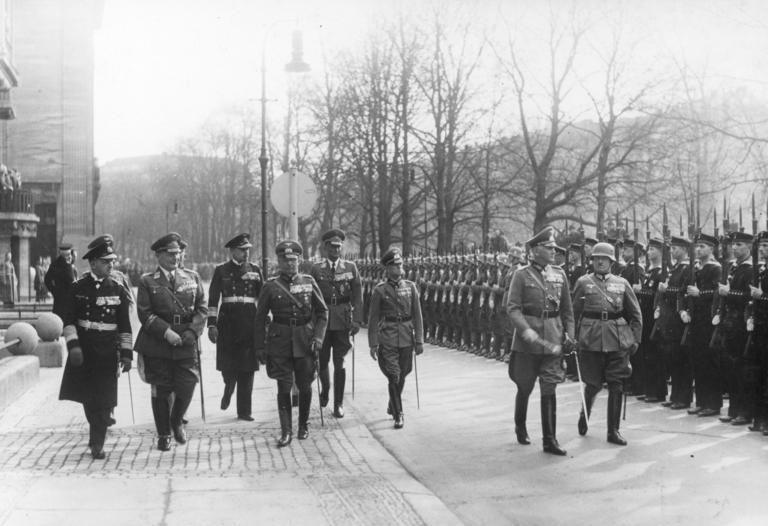 Герман Геринг на параде в честь 40-летнего военного юбилея генерал-фельдмаршала Бломберга. 1937 г.