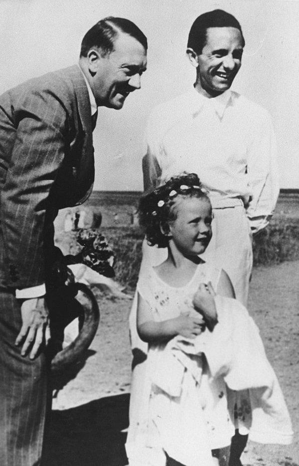 Йозеф Геббельс и его дочь Хельга с Гитлером на пляже в Хайлигендамме. 1935 г.