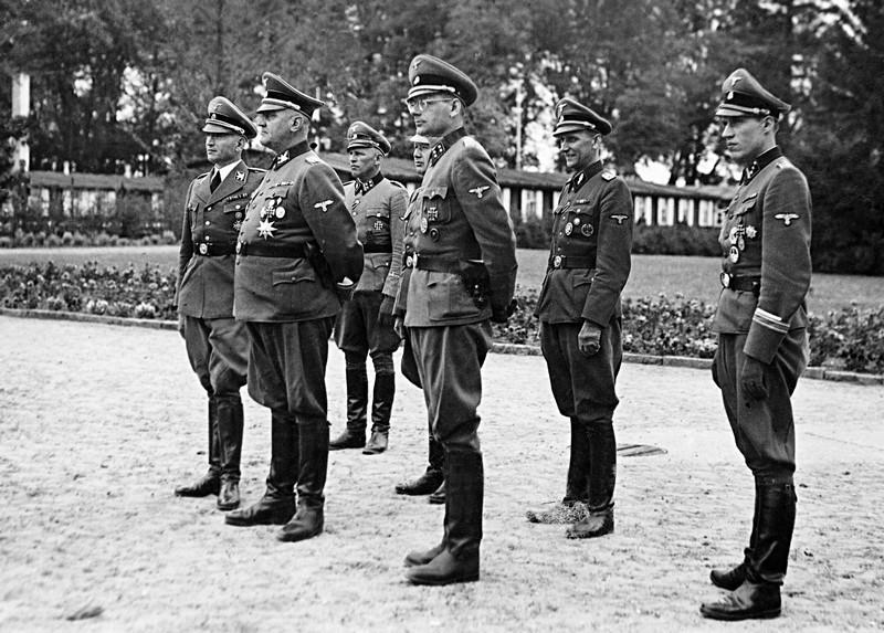 Вернер Бест у мемориала павших датских солдат Ваффен СС. 1944 г.