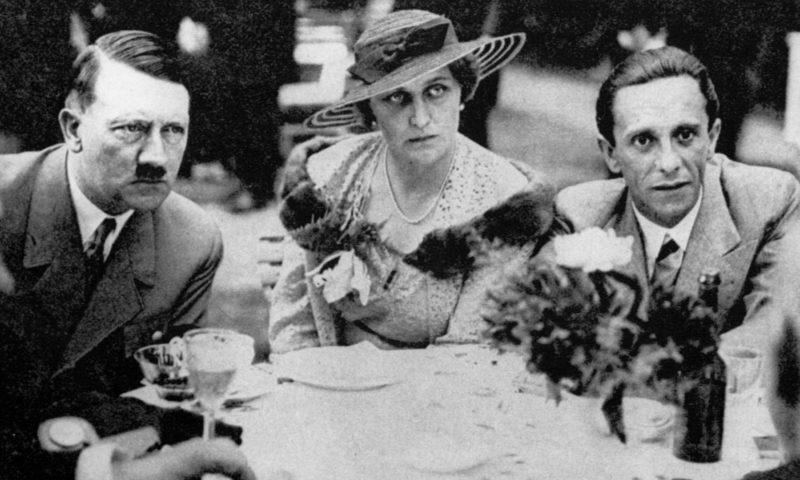 Йозеф Геббельс с женой и Адольф Гитлер. 1935 г.