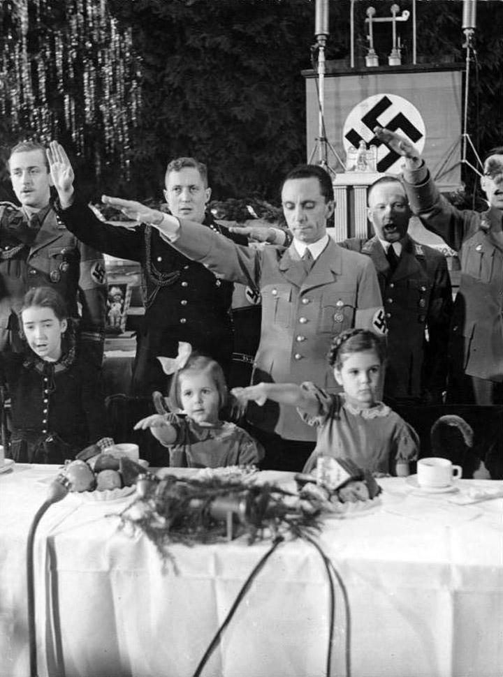 Йозеф Геббельс с семьей на празднике. 1935 г.