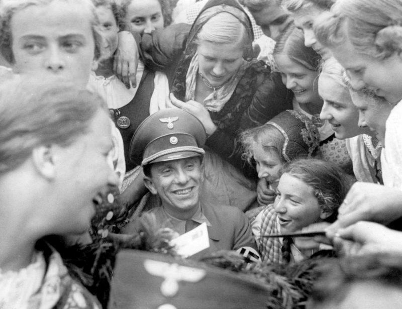 Йозеф Геббельс раздает автографы на Нюрнбергском ралли. 1938 г.