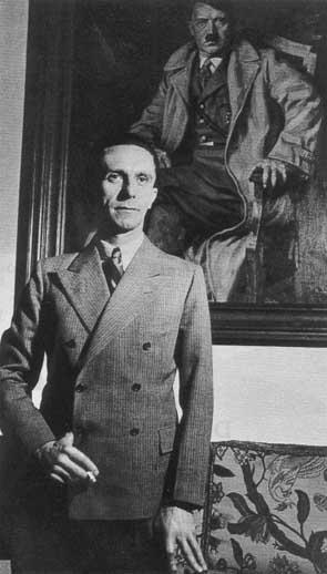 Йозеф Геббельс в своем рабочем кабинете. 1939 г.
