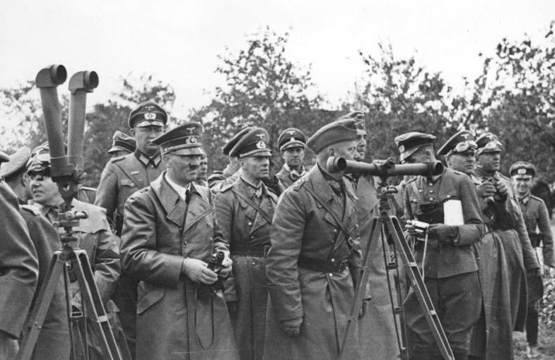 Мартин Борман, Адольф Гитлер, Эрвин Роммель и Вальтер фон Райхенау на наблюдательном пункте. Польша. 1939 г.