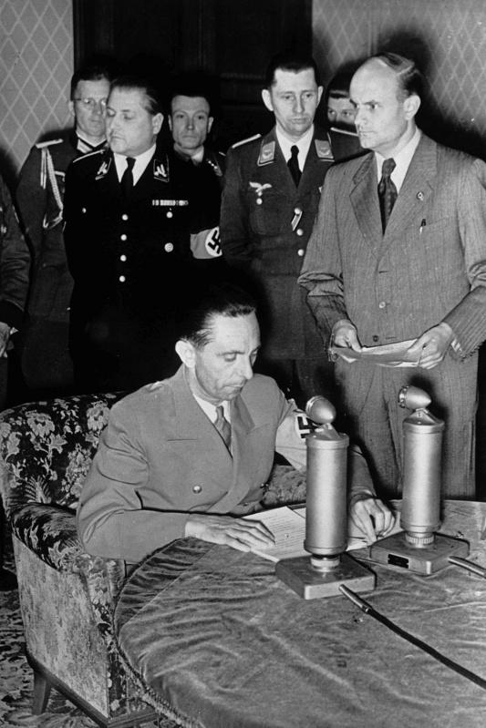 Йозеф Геббельс объявляет по радио о нападении на СССР. Берлин. 1941 г.