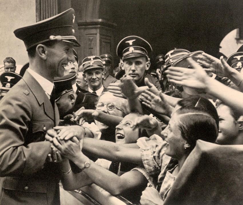 Йозеф Геббельс на улицах Берлина. 1941 г.